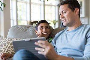 Pai e filho usando um tablet