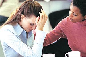 Psicóloga apoiando mulher em crise